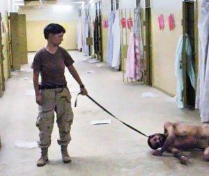 Lynndie England tiene al guinzaglio un detenuto nella prigione di Abu Ghraib (Iraq)
