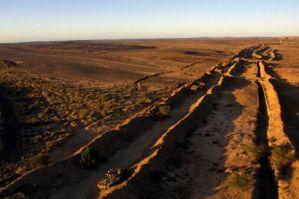 Il muro di fango sahariano. Innalzato da Re Hassan II di Marocco nel 1981 al confine con il territorio controllato dal Polisario