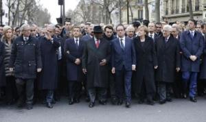 Alcuni dei capi di stato e di governo presenti alla marcia a seguito degli attentati di Parigi.  Foto di leparisien.fr