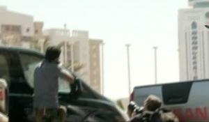 Fermoimmagine del servizio trasmesso da Sky Tg24, 25 agosto 2011, sugli intensi scambi di colpi di arma da fuoco davanti all'Hotel Corinthia a Tripoli. ANSA / SKY TG24