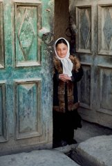 Ragazza sull'uscio, Afghanistan, 2003. Foto Ufficio Stampa mostra