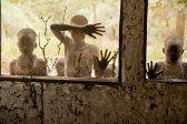 Bambini della tribù Kara che guardano attraverso le finestre, Omo Valley, Ethiopia, 2013. Foto Ufficio Stampa della mostra