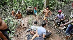 """I """"custodi"""" Ka'apor dopo aver catturato alcuni deforestatori.  Foto Reuters"""
