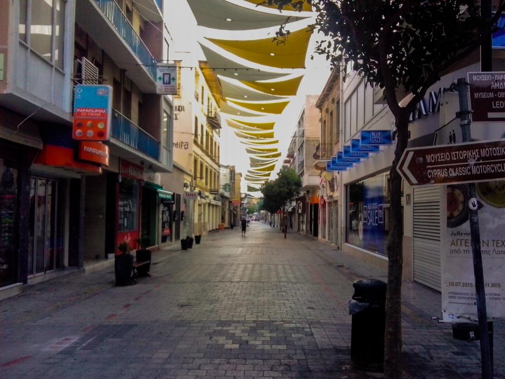 Ledra Street all'alba. La via principale che collega le due metà di Nicosia attraversando la