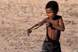 Un bimbo boscimano. © Survival International