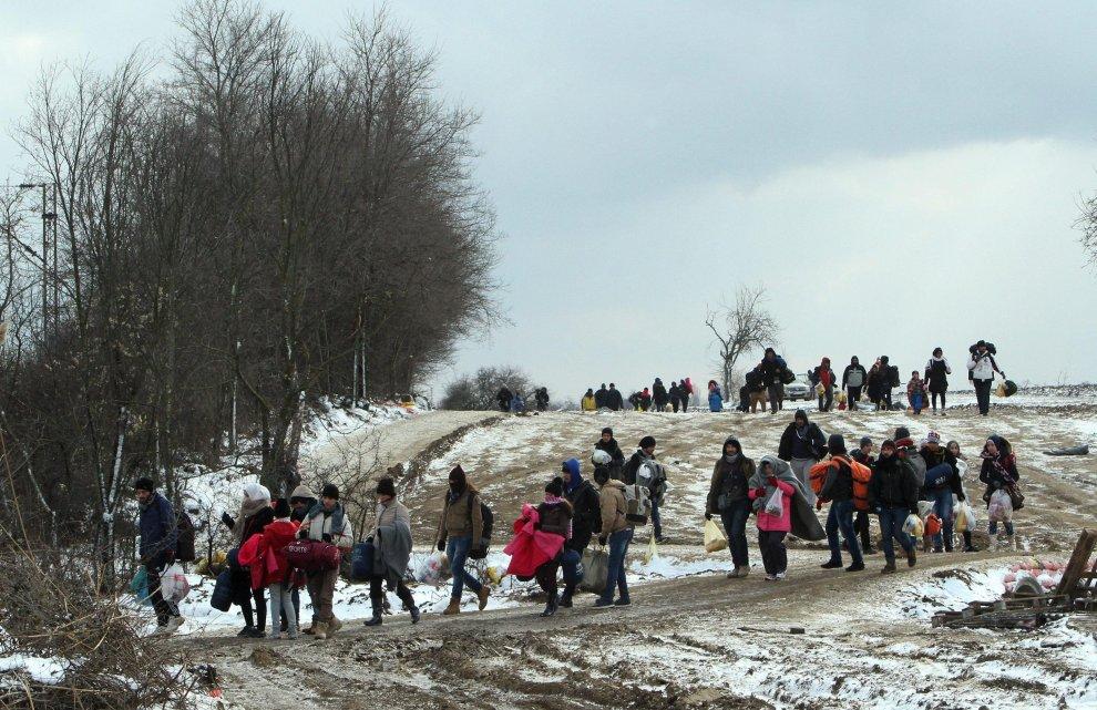 Migranti nei Balcani. Foto da Repubblica.it