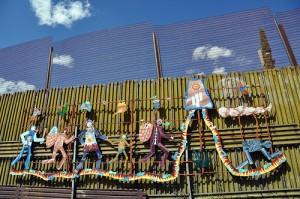 "L'installazione artistica ""Parade of Humanity"" a Nogales ©Jonathan McIntosh"