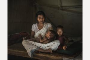 Mamata Kumari Mandal, 17 anni, con i suoi due figli di 2 anni e 6 mesi ©Paulomi Basu