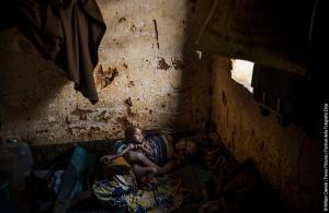 ©William Daniels. Un bambino soffre di malnutrizione insieme a sua madre nell'enclave musulmana di Yaloke, dove vivono 500 fedeli di Maometto della tribù Fulani.