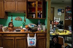 ©Aaron Huey. J.C. Shot durante il suo bagno tra i piatti da cucina.