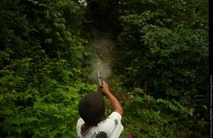 ©André Liohn. Un bambino di 11 anni appartenente a una gang criminale si esercita con una 9mm automatica.