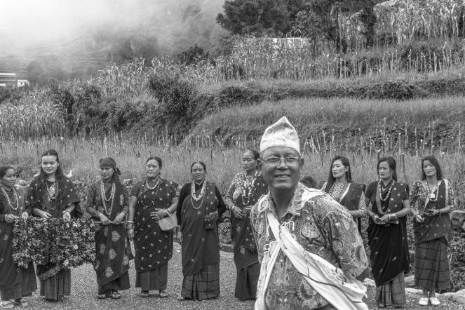 01-Gli anziani del villaggio di Sirubari pronti ad accogliere i visitatori