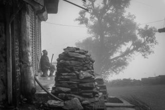 15-Anziano solo nei villaggi lungo la strada tra Pokhara e Sirubari