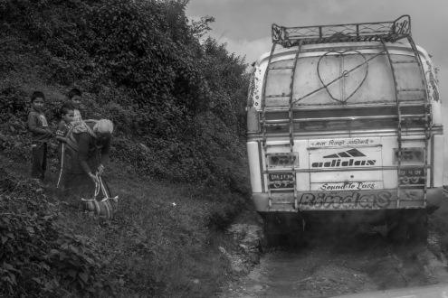 19-Un viaggio in autobus può durare anche 6-7 ore lungo le strade di fango tra i villaggi. Qui alcuni passeggeri appena arrivati