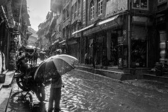 Uno dei vicoli di Bhaktapur durante un temporale
