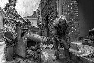Una coppia prepara l'argilla per i vasi, Bhaktapur