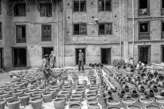 I vasi vengono terminati e posti al sole, una piazza di Bhaktapur