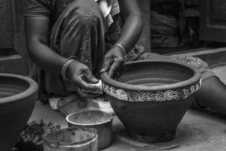 I vasi vengono decorati a mano, secondo la tradizione