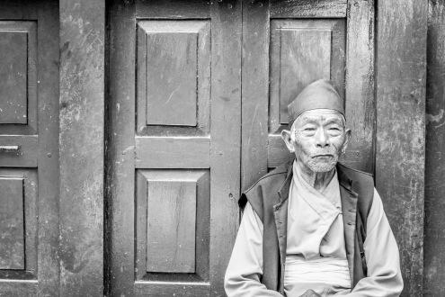 Anziano sul portone di casa