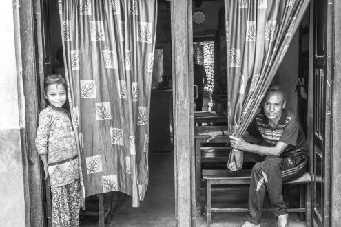 Una famiglia che si affaccia su una strada a Bhaktapur